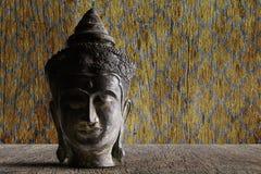 Starego grunge antycznego rocznika Buddha mosiężna głowa na grunge drewnianym stole na grunge rocznika drewnianym tle Obraz Royalty Free