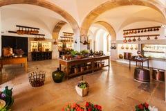Starego kraju stylu kuchnia w jaskrawych kolorach wnętrze Obrazy Stock