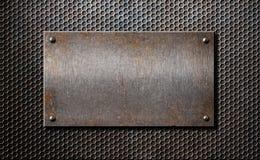 Starego metalu ośniedziały lub nieociosany talerz nad grzebieniową siatką Zdjęcie Stock