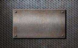 Starego metalu ośniedziały lub nieociosany talerz nad siatką Zdjęcie Stock