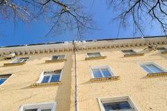 Starego multistoried budynku mieszkaniowego żółta ceglana fasada Stary łuk Zdjęcie Royalty Free