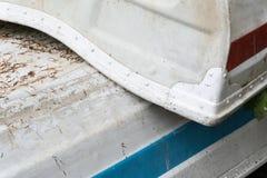 Starego nieociosanego rocznika drewniani rowboats brogujący na górze each inny zamykają w górę obrazy stock