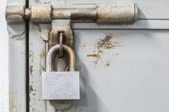 Starego ośniedziałego kędziorka stalowy drzwi z copyspace zdjęcia royalty free