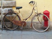 Starego ośniedziałego rocznika rowerowa pobliska betonowa ściana Fotografia Royalty Free