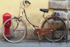Starego ośniedziałego rocznika rowerowa pobliska betonowa ściana Fotografia Stock