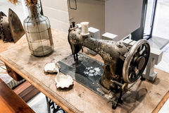 Starego ośniedziałego rocznika szwalna maszyna na drewnianym stole Zdjęcia Stock