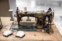 Starego ośniedziałego rocznika szwalna maszyna na drewnianym stole Zdjęcie Stock
