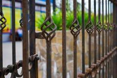 Starego pięknego dekoracyjnego metalu dokonany ogrodzenie z artystycznym skuciem Żelazna ośniedziała poręczówki potrzeba malować  obraz stock