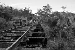 Starego poręcza pociągu tła drogowa czarny i biały fotografia fotografia royalty free