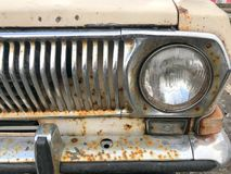Starego retro rocznika modnisia ośniedziały utleniający chrom matrycował kruszcowego srebnego kaloryferowego grille i round szkla zdjęcie stock