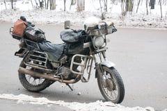 Starego rocznika brudny motocykl stoi outside w mieście obraz royalty free