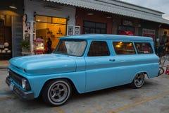 Starego rocznika chevroleta błękitny samochód przy noc rynkiem, Srinakarin droga Zdjęcie Stock