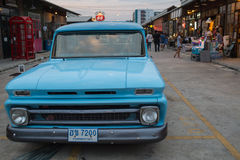 Starego rocznika chevroleta błękitny samochód przy noc rynkiem, Srinakarin droga Zdjęcia Stock
