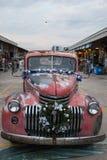 Starego rocznika chevroleta czerwona ciężarówka przy noc rynkiem, Srinakarin droga Zdjęcia Royalty Free