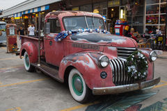 Starego rocznika chevroleta czerwona ciężarówka przy noc rynkiem, Srinakarin droga Zdjęcia Stock