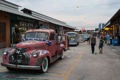 Starego rocznika chevroleta czerwona ciężarówka przy noc rynkiem, Srinakarin droga Obrazy Royalty Free