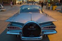 Starego rocznika chevroleta popielaty samochód przy noc rynkiem, Srinakarin droga Zdjęcie Royalty Free