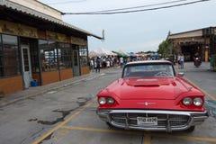 Starego rocznika czerwony samochód przy noc rynkiem, Srinakarin droga, Bangkok, Tajlandia Obrazy Royalty Free