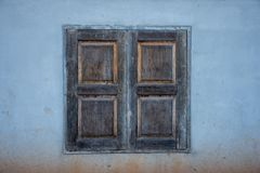 Starego rocznika drewniana nadokienna rama na brudnej ścianie Obrazy Stock