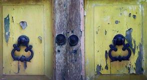 Starego rocznika drewniani drzwi i metal drzwiowe rękojeści obrazy stock