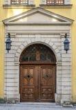 Starego rocznika drewniani drzwi w antycznym architektonicznym budynku z rocznika żelaza lampionami Zdjęcie Royalty Free