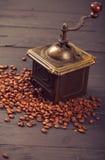 Starego rocznika kawowy młyn na piec gorących fasolach Obrazy Stock