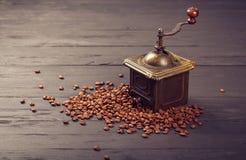 Starego rocznika kawowy młyn na piec gorących fasolach Fotografia Royalty Free