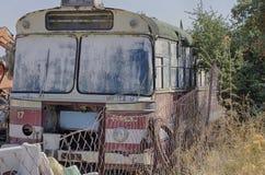 Starego rocznika miarowy autobus z ośniedziałą siatką na barierze Zdjęcie Royalty Free