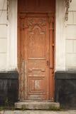 Starego rocznika nieociosany zewnętrzny czerwony drzwiowy szczegół na starym ceglanym domu Fotografia Royalty Free