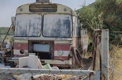 Starego rocznika ośniedziały miarowy autobus Zdjęcie Stock