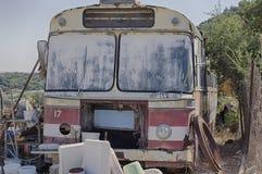 Starego rocznika ośniedziały miarowy autobus Obraz Royalty Free