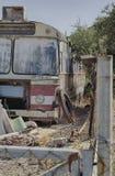 Starego rocznika ośniedziały miarowy autobus Obrazy Stock
