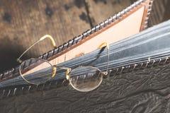 Starego rocznika round szkła i album fotograficzny zdjęcie stock