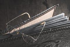 Starego rocznika round szkła i album fotograficzny zdjęcia stock