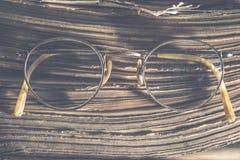Starego rocznika round szkła i książka zdjęcia royalty free