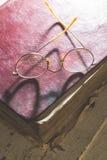 Starego rocznika round szkła i stara książka obraz royalty free