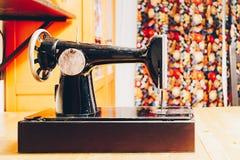 Starego rocznika szwalna maszyna na drewno stole w domu Fotografia Stock