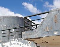 starego rozdrabnianie betonu bunkieru militarny typ struktura z zaokr?glonymi windowless powierzchniami i zielonym por?czem przec zdjęcie royalty free