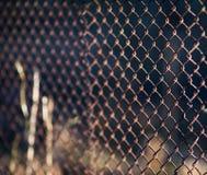 Starego siatki stali żelaza kruszcowy ośniedziały ogrodzenie przemysłowy Obrazy Royalty Free