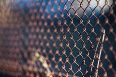 Starego siatki stali żelaza kruszcowy ośniedziały ogrodzenie przemysłowy Obrazy Stock