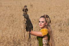 Starego stylu kobieta z jastrzębiem na ręce Fotografia Stock
