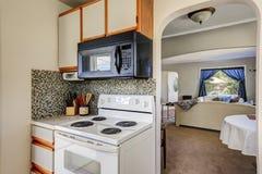 Starego stylu kuchenny wnętrze z mozaiki backsplash Fotografia Stock