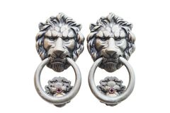 Starego stylu lwa ` s głowy knocker odizolowywający na białym tle zdjęcie royalty free