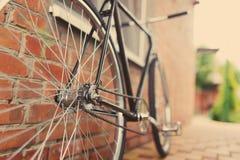 Starego stylu singlespeed bicykl przeciw ściana z cegieł fotografia royalty free
