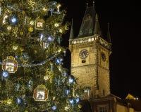 Starego urzędu miasta Zegarowy wierza i choinka w Praga Obraz Royalty Free