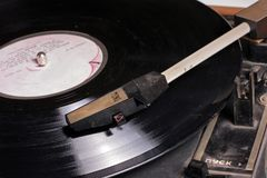 Starego wintage gramofonowy talerzowy gracz na winylowym dysku. Zdjęcie Stock