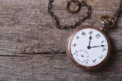 Starego złota kieszeniowy zegarek na łańcuchu na starym wooden� Obraz Stock