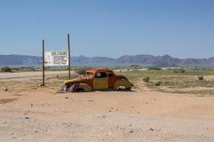 Starego zegaru Samochodowy wrak w Pustynnym krajobrazie w pasjansie, Namibia Zdjęcie Royalty Free