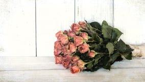 Starej brzoskwini Różany bukiet z białej deski stołem przeciw zakłopotanemu shiplap deski tłu i dalej Szerokiego sztandaru horyzo obrazy royalty free