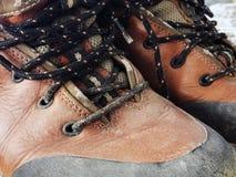 Starej czerwieni wysokości brudni buty Stara szkoła roczniki będący ubranym buty zdjęcie stock